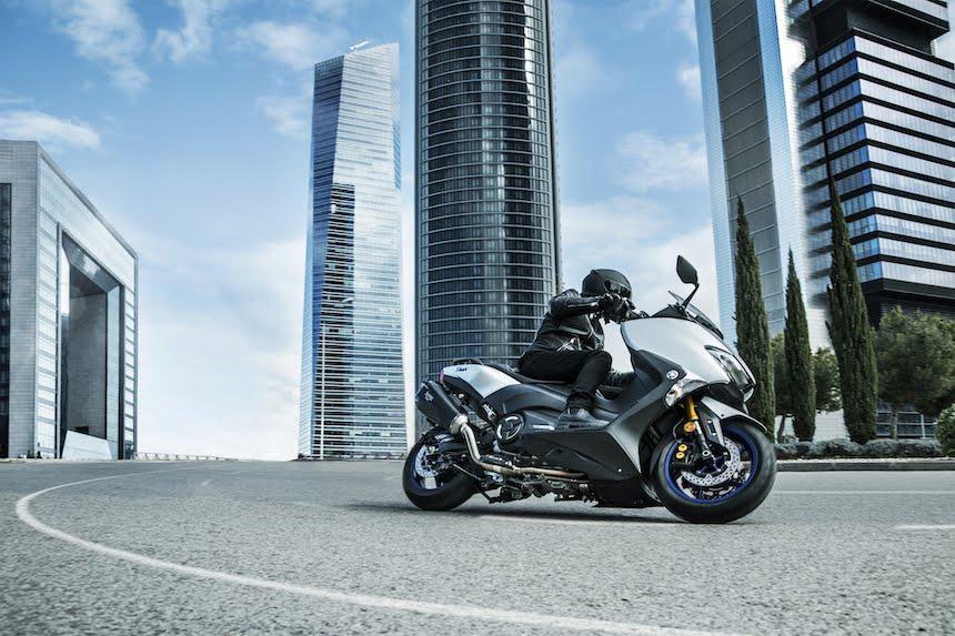 Skuter Yamaha TMax SX jadąca po drodze w mieście