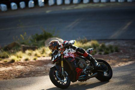 Carlin Dunne zawodnik Ducati jedzie na prototype Ductai Streetfighter podczas wyścigu Pikes Peak